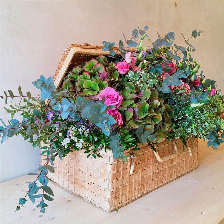 Los ramos más bonitos, coloridos y primaverales de los artistas florales que triunfan en las redes Terrarium, Floral Wreath, Easter, Wreaths, Flowers, Plants, Instagram, Bouquets, Mary