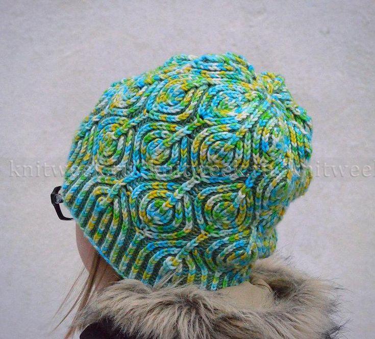 Еще одна модель шапки в технике патентного вязания спицами. Шапка вяжется цветной резинкой, начиная от нижнего края, по кругу. Основными...
