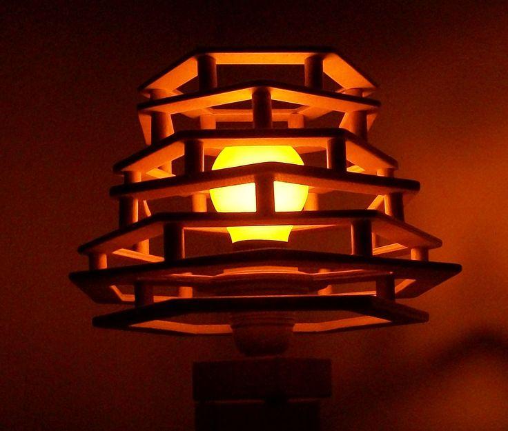 Lampada realizzata con legname di scarto con lampadina da camera oscura.