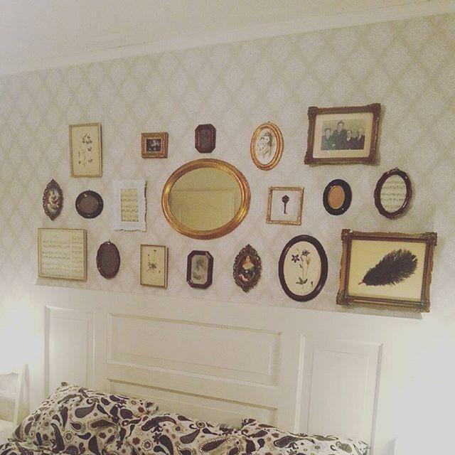 Denna fina ramvägg ovanför sängn gjorde jag efter jag tapetserar om i sovrummet! Älskar att blanda fritt bland alla otroligt fina ramar som jag fyndat på olika loppisar!  #återbruka #pyssel ##hemmahosmig #ramar #gammaltochnytt #oldthings #diytips #diy #chabbychic