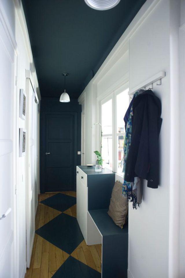 Plafond et porte du fond peints en noir pour raccourcir et supprimer le volume. #deco #couloir