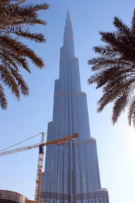 Ada Wanders/WłóczykijAda. Dubaj. Burj Khalifa. Dźwig jest częstym elementem Dubaju, który wcina się w kadr