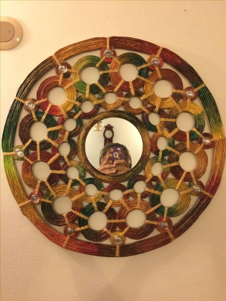 Espejo central cubierto con material de Reciclaje de papel periódico, coloreado con pintura acrílica