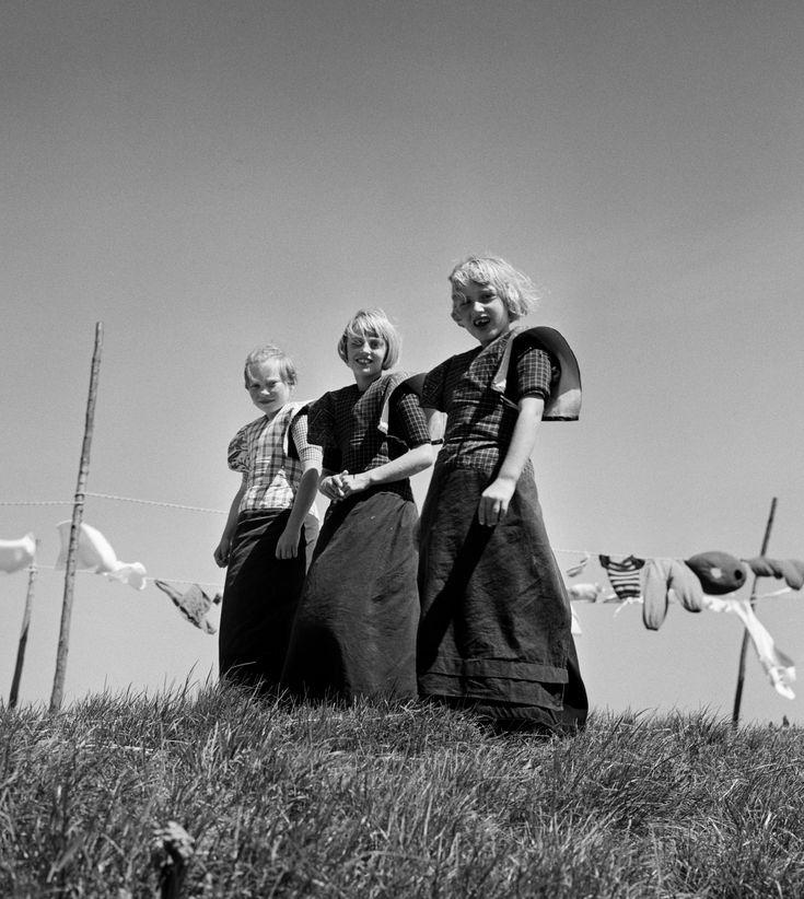 Meisjes in klederdracht, Bunschoten en Spakenburg (1950-1960). Oorthuys, Cas #Utrecht #Spakenburg