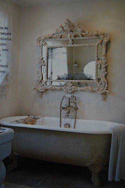 Design Decor Style: Vesca da bagno con piedini e uno specchio invecchiato perchè no??