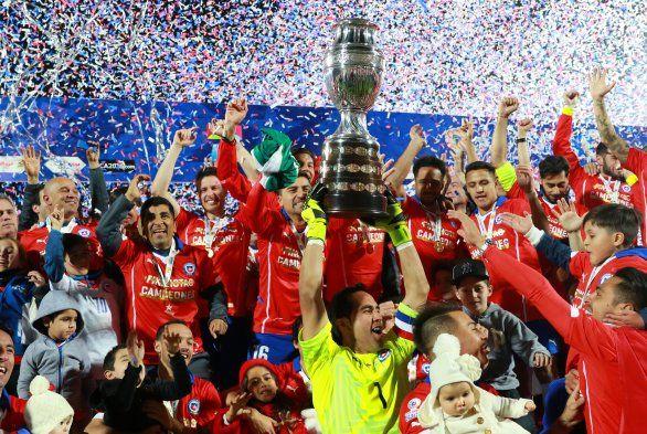 El 4 de julio Chile se coronó por primera vez como campeón de la Copa América y los jugadores reciben el premio tras el triunfo frente a la selección argentina.