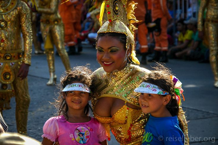Auf dem Desfile de los Niños, Carnaval de Barranquilla #Kolumbien #Karneval #Barranquilla #CarnavaldeBarranquilla #reiselieber  http://www.reiselieber.org/7468-carnaval-barranquilla-kolumbien
