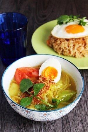 バリの味ソトアヤム(Soto Ayam)   インドネシア語で、SOTO(ソト)はスープAYAM(アヤム)は鶏肉。スパイス香るあっさりした鶏肉のスープです。  Firstsnows  材料 (2人分) 鶏胸肉【ささみ可】 100g もやし 20g 長ネギ 1/2本 春雨(乾燥) 20g トマト 1/2個 ゆで玉子 1個 油(炒め用) 小匙2 ■ スープ 水 800㏄ 鶏がらスープ(顆粒) 小匙2 ■ 調味料A ターメリック 小匙1/2 にんにくすりおろし 小匙1/2 生姜 1/2欠片 ナンプラー 小匙1 ■ 調味料B 塩 少々 ホワイトペパー 少々 ■ トッピング レモンorライム 1/4個 フライドオニオン お好きなだけ 香菜 お好きなだけ 作り方 1 鶏肉はひと口大に切り、長ネギは斜め切りにする。 2 鍋にサラダ油を敷き、すりおろしたにんにくを炒め、水と鶏がらスープ(顆粒)を加え鶏肉と生姜を入れ、灰汁をとりながら煮込む。 3 鶏に火が通ったら、春雨を加え柔らかくなったら、調味料A入れて、塩・ホワイトペパーで味を調える。 4…