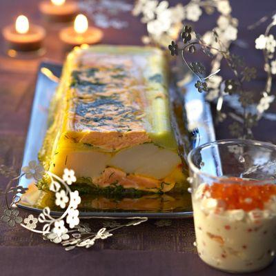 Découvrez la recette Terrine de Saint-Jacques et de saumon en gelée sur cuisineactuelle.fr.