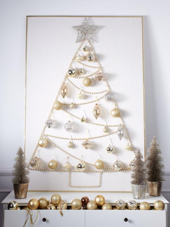 arbre de noel, chainr de perles et jouets de noel élégants