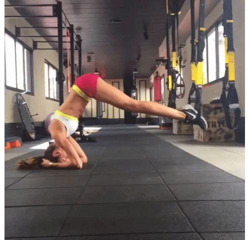 sport les mouvements exercices TRX du mannequin Izabel Goulart pour muscler les jambes abdos