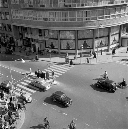 datering01/01/1950 - 31/12/1955 beschrijvingOverzicht van de hoek van het Vredenburg en de Lange Viestraat te Utrecht, met op de achtergrond Hotel Smits (Vredenburg 14). vervaardigerMeulen, C.J. van der (fotograaf)