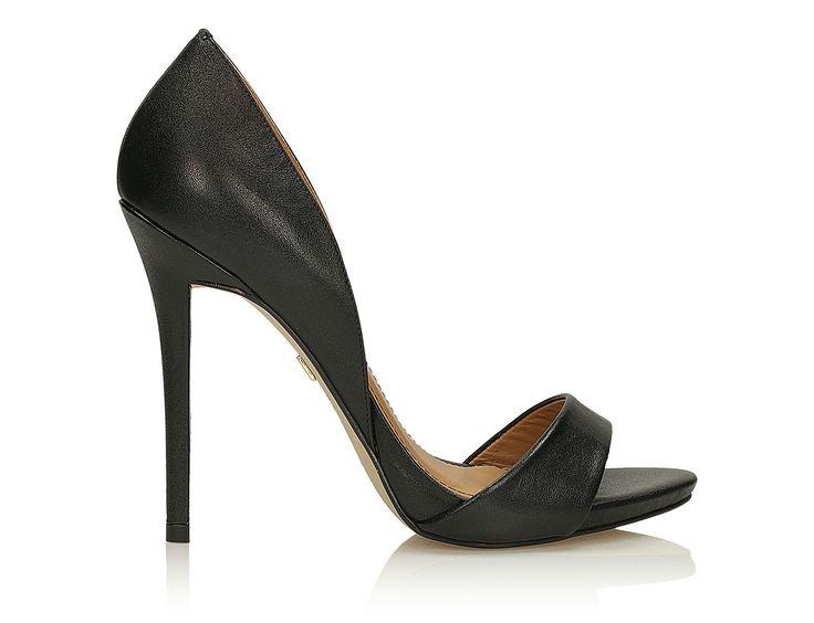Czarne sandały damskie  wykonane z wysokiej jakości  skóry licowej , są doskonałą propozycją na ciepłe letnie dni.     Elegancka czerń pasuje zarówno do codziennych, jak i klasycznych zestawów modowych.   Prosta, perfekcyjnie wyprofilowana szpilka sprawi, że sylwetka będzie się prezentować bardzo zgrabnie.   Wyjątkowy fason skusi Panie, które cenią na co dzień modny wygląd i wygodę.   Złoty nit z logo KAZAR dyskretnie przyciąga spojrzenia.   Zachwycająco miękka skóra wygodnie układa się…