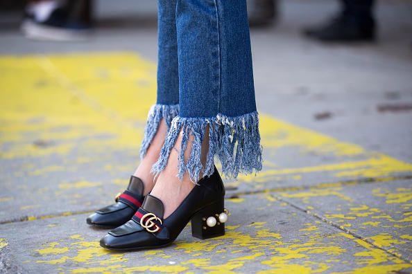 A zig zag, all over o solo nei punti giusti: tutti i modi più cool per strappare & tagliare i jeans.