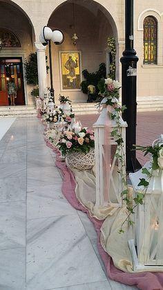 Ο εξωτερικός στολισμός του γάμου σας στην εκκλησία περιλαμβάνει τριαντάφυλλα σε κασπώ και μπάλες, φανάρια με λουλούδια και ένα χαλί στο διάδρομο. Δίνει άλλη αίσθηση στο γάμο σας με Vintage θέμα.