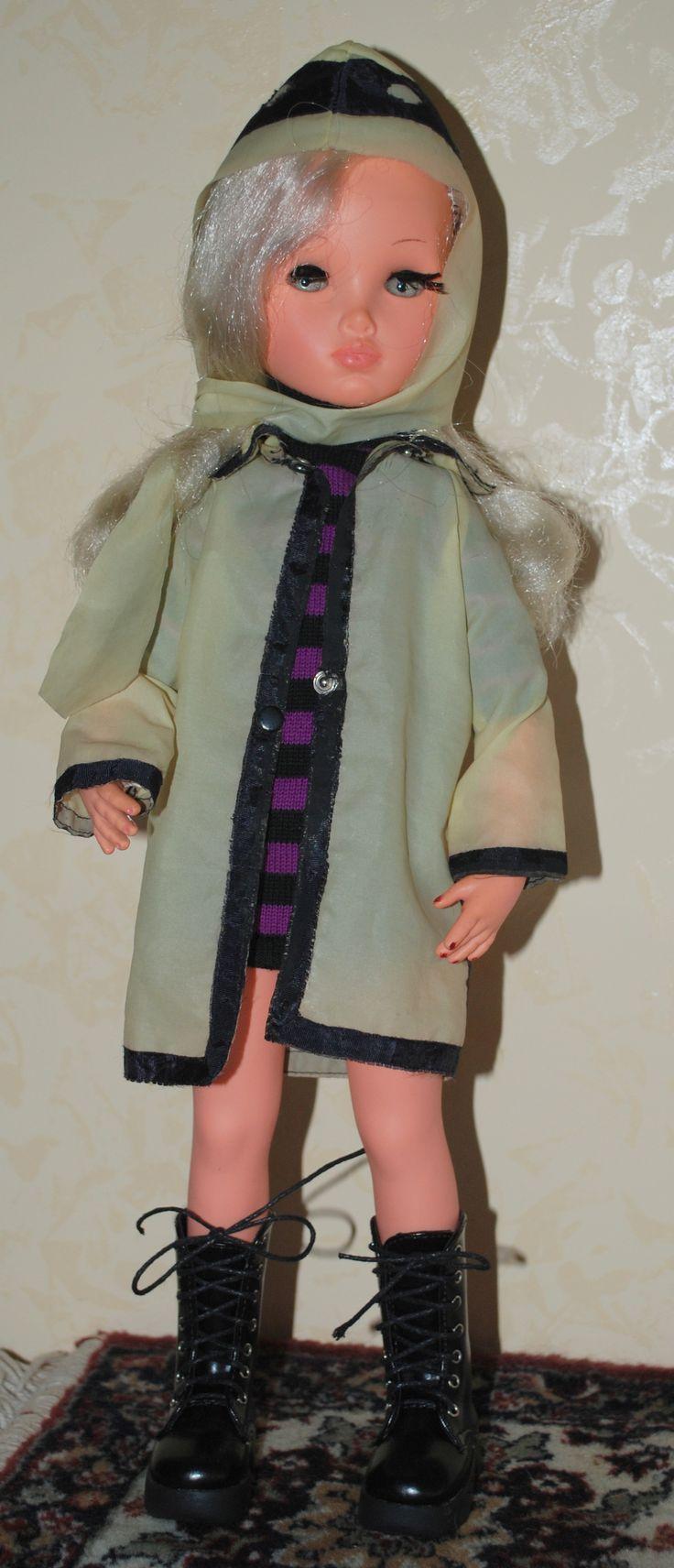 Sylvie indossa 'Sotto la pioggia' 1967 con miniabito a righe ed anfibi neri