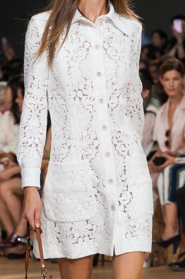 Chloe, Spring 2015. PALMASHOPPERS: imprescindible un estilismo troquelado en blanco. Esta opción en versión vestido camisero.Te ayudamos a encontrar el tuyo?