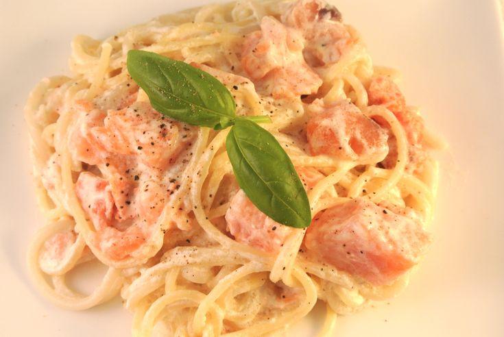 Weer een heerlijk ingezonden recept, ditmaal ingezonden door Olivier. Een lekkere en vooral snelle pasta voor doordeweeks, binnen 15 minuten heb je een heerlijk gerechtje op tafel staan die je kan serveren met salade voor de nodige vitaminen. Tijd: ongeveer 15 min. Recept voor 2 personen Benodigdheden: 1 pakje gerookte zalmsnippers (200 gram) 1 bekertje...Lees Meer »