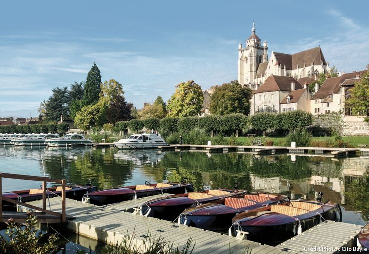 Terre plurielle où la nature est reine, la Franche-Comté offre une grande diversité de paysages et d'activités autour de l'eau. Eau vive, eau paisible, eau bienfaisante... De quoi séduire toute la famille !