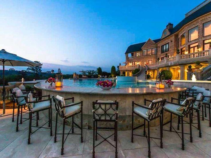 Perry sabe que a única maneira de entreter é com um bar aquático em uma piscina infinita de estilo resort.