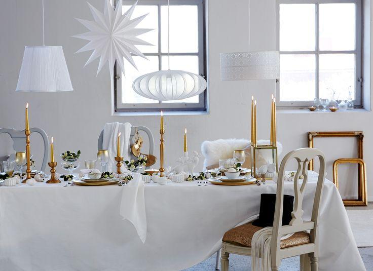 Med vitt, guld och grönt trollar du fram en nyårsdukning som gästerna aldrig glömmer.