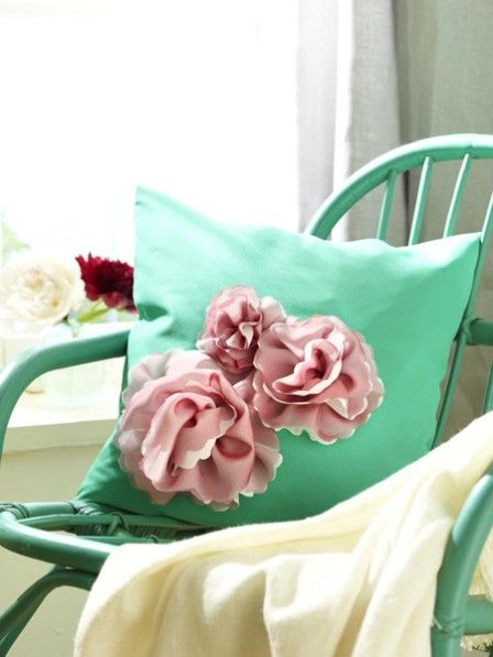 Blütenzauber auf dem heimischen Sofa: Mit nur wenigen Handgriffen können Sie auch Ihre Kissenhüllen mit den Pfingstrosen aus Stoff veredeln.