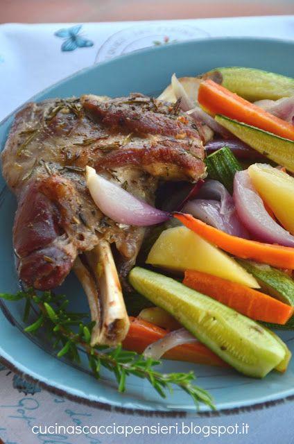 Spalla di agnello a cottura lenta con rosmarino e verdure al forno | Cucina Scacciapensieri