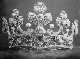 Luis Masriera of Barcelona made this tiara for Queen Victoria Eugenia of Spain in 1906 as a wedding gift from the people of Catalonia. It has been lost. On the band are two fleurs-de-lys, and just above them, the flag of Catalonia. Gorgeous detail in this one~