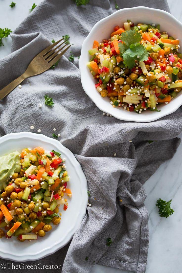 Gemengde salade met krokante kerrie kikkererwten en romige avocado dressing