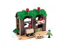 Brio Goederenloods  Hier gaat alles heel eenvoudig en netjes! De arbeider laadt de goederen met behulp van de magnetische kranen in het pakhuis. De twee kranen kunnen zowel naar boven en beneden als van links naar rechts, door simpelweg te draaien en te schuiven met de knoppen. Aan de achterzijde van het pakhuis is een verbinding voor je eigen BRIO straten netwerk.  http://www.brio-trein.nl/brio-treinen-goederenloods.html