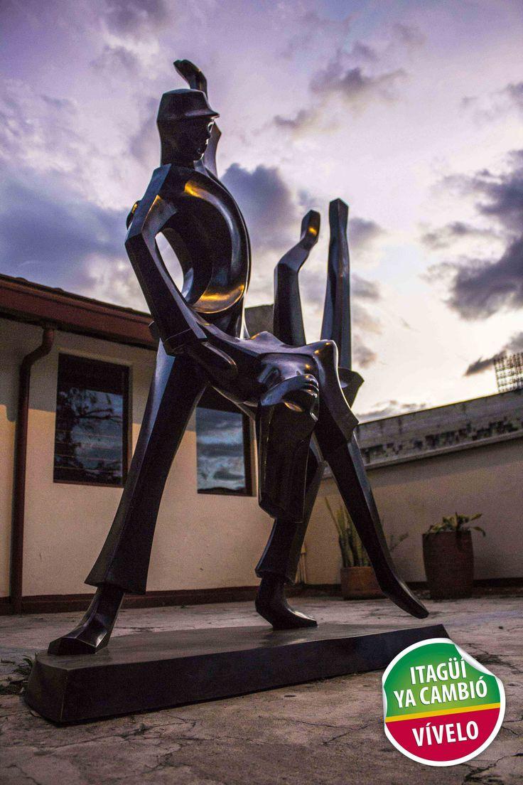 Escultura tango del maestro Salvador Arango que adorna la entrada de la Casa de la Cultura de Itagüí