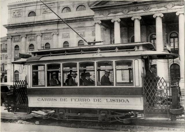 Eléctrico em frente ao Teatro Dona Maria II (1903)