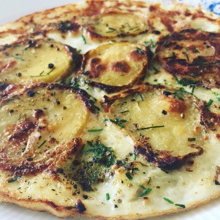 Tortilla/omelet, mums det var godt! En kogt kartoffel fra køleren + 2dl æggehvider bagt på panden med lidt krydderi og purløg = mega nemt, sundt, velsmagende og så går det lige i armene  Kcal: ca. 169 #potatis #kartofler #fitfamdk #diet #opskrift #fisk #kød #æg #omelett