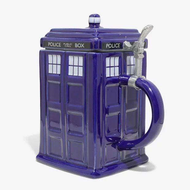 El doctor who bebe cerveza en esta jarra  con forma de TARDIS