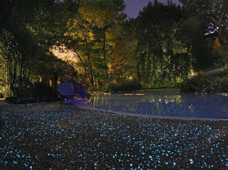 Fluo, Paghera illumina i giardini di magia Ghiaia resinata con piccole pietre fluorescenti: il giardino visto sotto una nuova luce