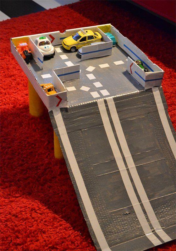парковка для машинок ) потребовалась 1 коробка из-под пиццы, 4 тубуса от бумажных полотенец и краски )