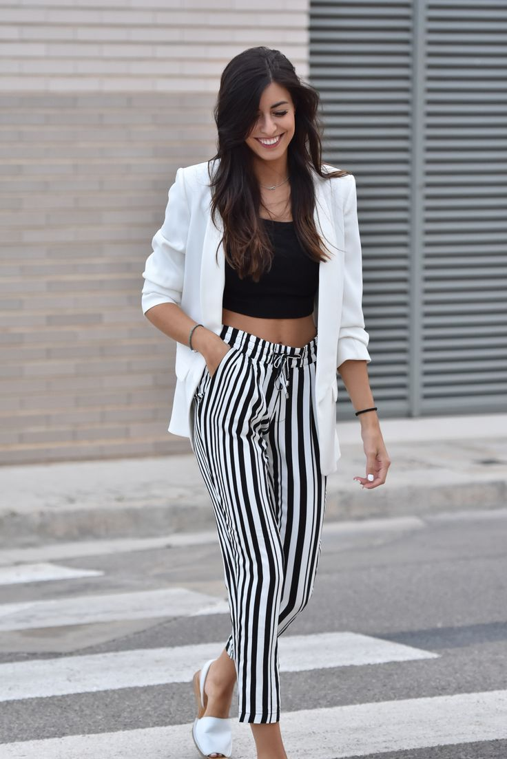 midilema.com | Autumn | Claudia Peris is wearing Zara stripped pants, Zara black crop top, Zara white blazer, white menorquinas from Marypaz, Aristocrazy necklace.