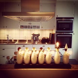 """Nu kör vi! Kunde inte hålla mig längre. Går inte """"all in"""" än men adventsstjärnor och det fina luciatåget fick komma fram iallafall! ✨ #inredum #inredningsdetaljer #luciatågsljusstake #ljusstake #jul #advent #julpynt #julkänsla #retro #kök #järfällakök #jarfallakok #retrokök #kitchenaid #siemens"""