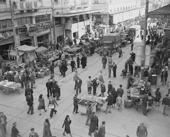 Κόσμος πάει και έρχεται  στην αγορά της οδού Αθηνάς. Μάιος 1946