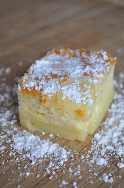 Gâteau magique pomme vanille 4 oeufs à température ambiante 150 g de sucre 1 cuillère à soupe d'eau 125 g de beurre 115 g de farine 500 ml de lait entier (ou 150 ml de crème liquide à 33% de m.g et 350 ml de lait demi écrémé pour moi) 1 gousse de vanille quelques gouttes de jus de citron 1 pincée de sel 2-3 pommes sucre glace pour la déco