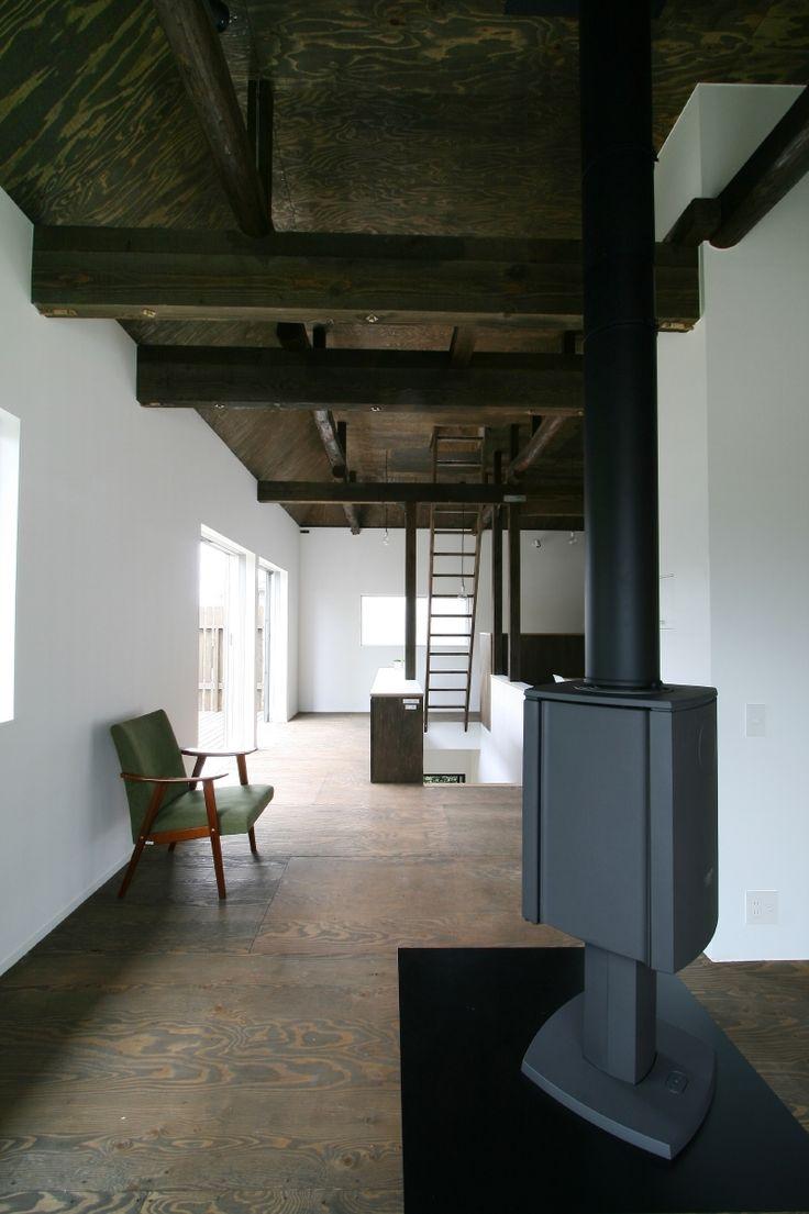梁を現しにすることで天井を高くして空間を豊かにし薪ストーブの煙突がのびやかに上がっていくようにしました。<br /> 床、天井にはラーチ合板を貼り、天井を撤去した後に出てきた梁と合わせて濃い茶色で染色しています。 専門家:が手掛けた、2F_LDK(ヒカリノカタチ)の詳細ページ。新築戸建、リフォーム、リノベーションの事例多数、SUVACO(スバコ)