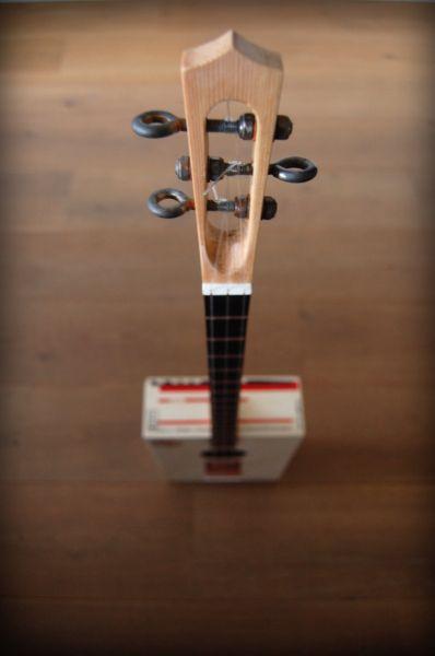 Kira fruit box guitar by Termoking Tuning machines