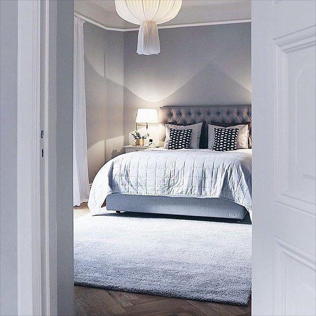 SOVRUM: Sänggavel. Väggfärg.
