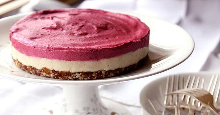 Svěží malinový RAW dortík. Mix čerstvého ovoce, mandlí, datlí... Sladíme medem, ne cukrem.
