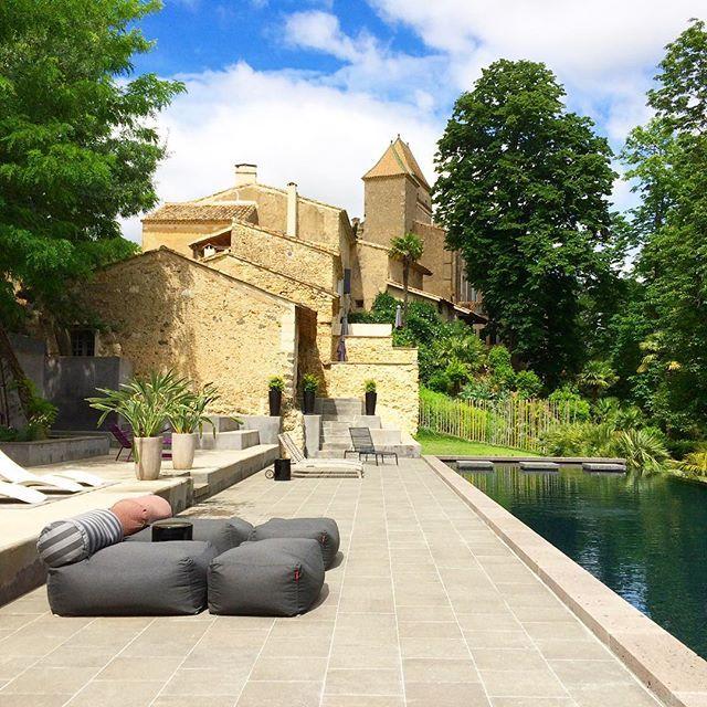 Espace piscine du domaine de Ribaute, un  hameau privé à côté de Béziers avec châteaux et maisons médiévales au charme fou !