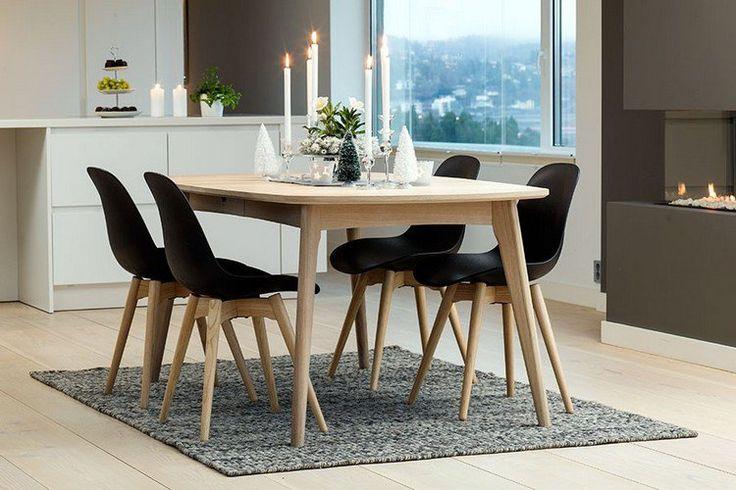 table à manger en bois clair et chaises en bois et noir de style nordique