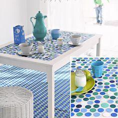Table de salle à manger dont le plateau est fait en mosaïque de bouchons en plastique                                                                                                                                                                                 Plus