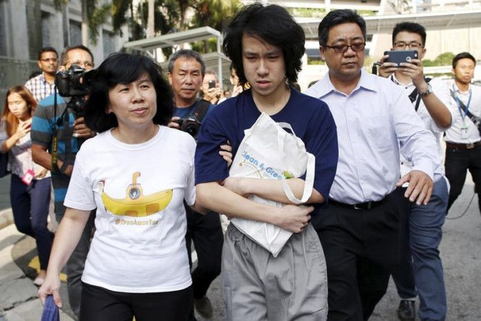 Amos Yee appearing out of court looking deranged and confused. The 16 years old teen vlogger was sentenced to 4 weeks of jail term, backdated to 2 June 2015. Technically, he is now a free man with a criminal record, after his remand stint in Changi Prison and Institute of Mental Health (IMH).