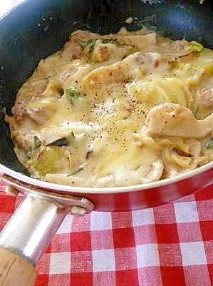 「片手鍋で、とろ~り♪チーズ具ラタン」のレシピページです。具沢山で♪こんがり焼いたチーズの代わりに、具に美味しそうな焼き色をつけて!チーズは、蒸して「とろ~り。。!」仕上げ☆。グラタン。豚こま切れ肉,片栗粉,じゃが芋,エリンギ,レンコン,ネギ,マカロニ,牛乳,水,バター