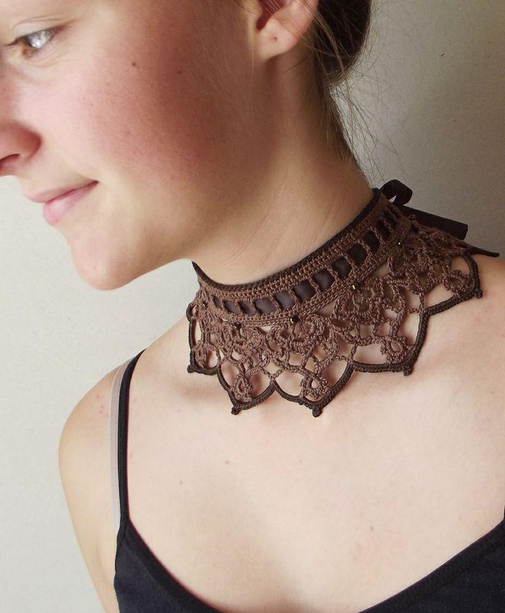 Oriešková čokoláda...náhrdelník Náhrdelník uháčkovaný z orieškovohnedej priadze s tmavohnedým lesklým lemom a sklenenými korálkami. Zaväzuje sa stuhou. Veľkosť: Na obvod krku 32-33 cm Poštovné zdarma